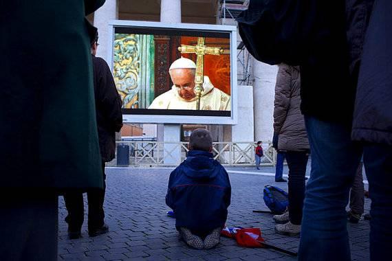 Papa Francisco viajó en autobús, pagó su hotel y visitó un colegio