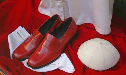 ¿Por qué usa zapatos rojos el Papa? Preguntas y Respuestas