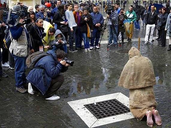 Profecías de un Franciscano que Oro de Rodillas Por El Papa en La Plaza San Pedro
