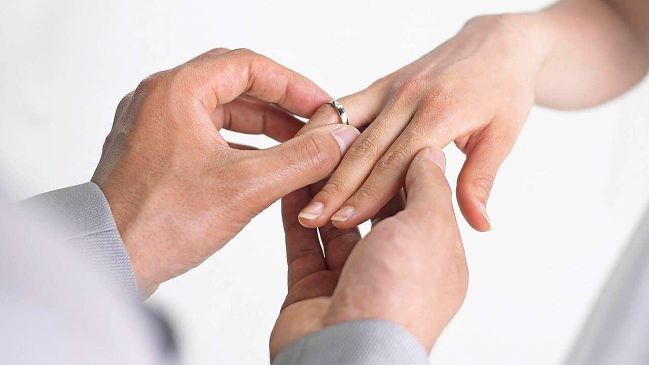 ¿Sabes por qué el anillo de compromiso y matrimonio se usa en el cuarto dedo?