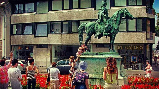 Tocar los testículos de un caballo – Hungría