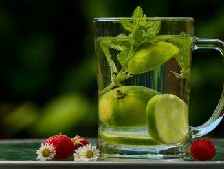 Tomar agua con limón en las mañanas