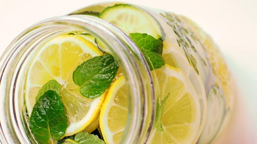 La famosa agua depurativa de limón, pepino y menta …