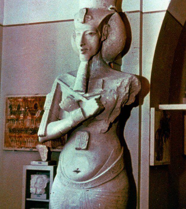 estatua de Akenatón
