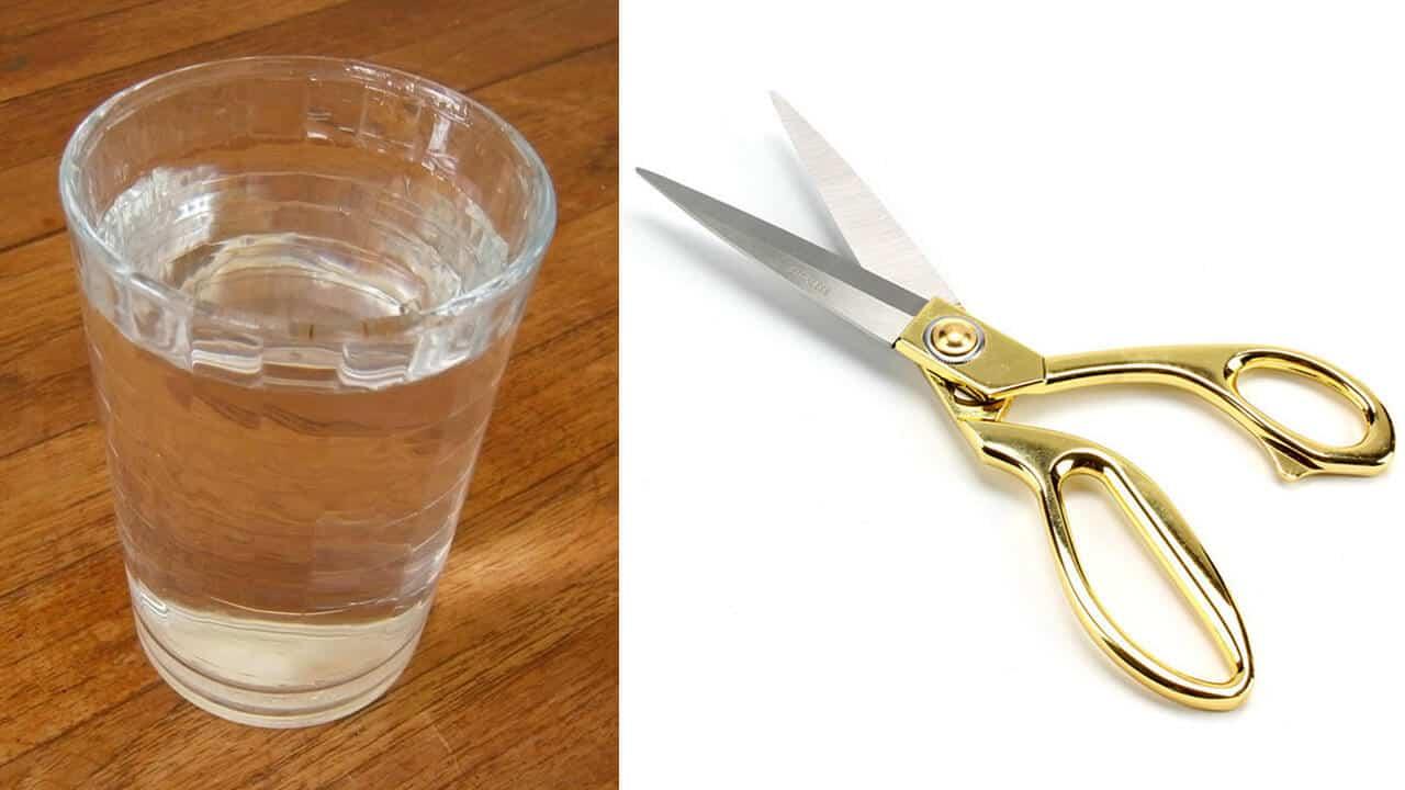 Vaso de agua y tijeras para protección de energías negativas