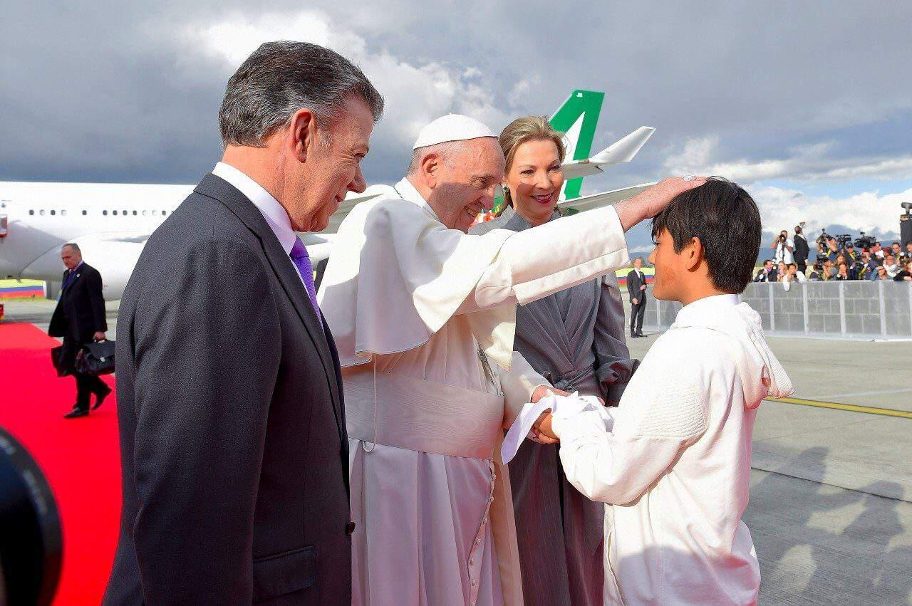 Primer obsequio que recibió el Papa en Colombia