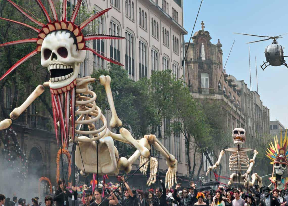 Desfile de Día de Muertos en la Estela de Luz