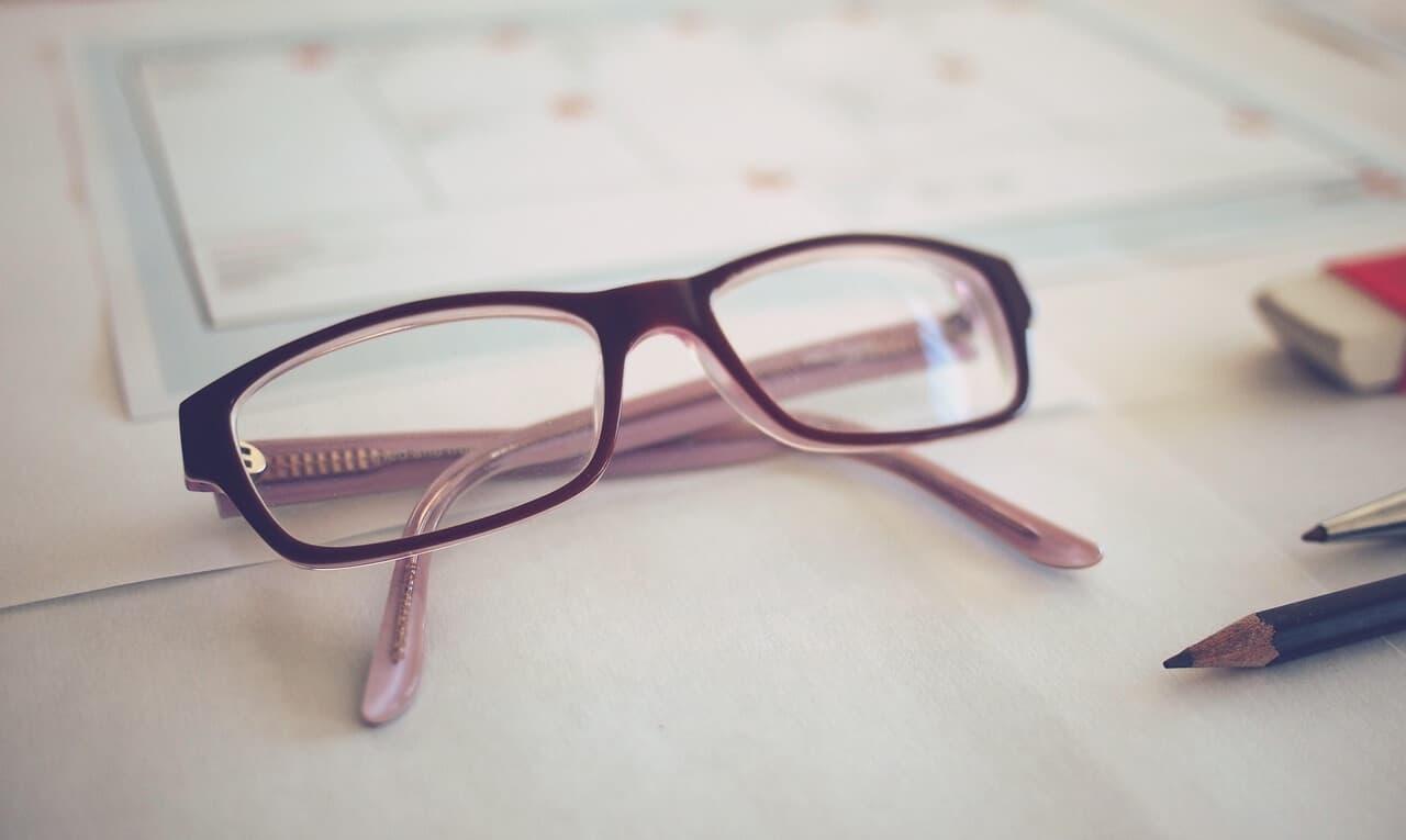 Lenguaje de los lentes (gafas) ¿Qué transmitimos cuando jugamos con ellos?