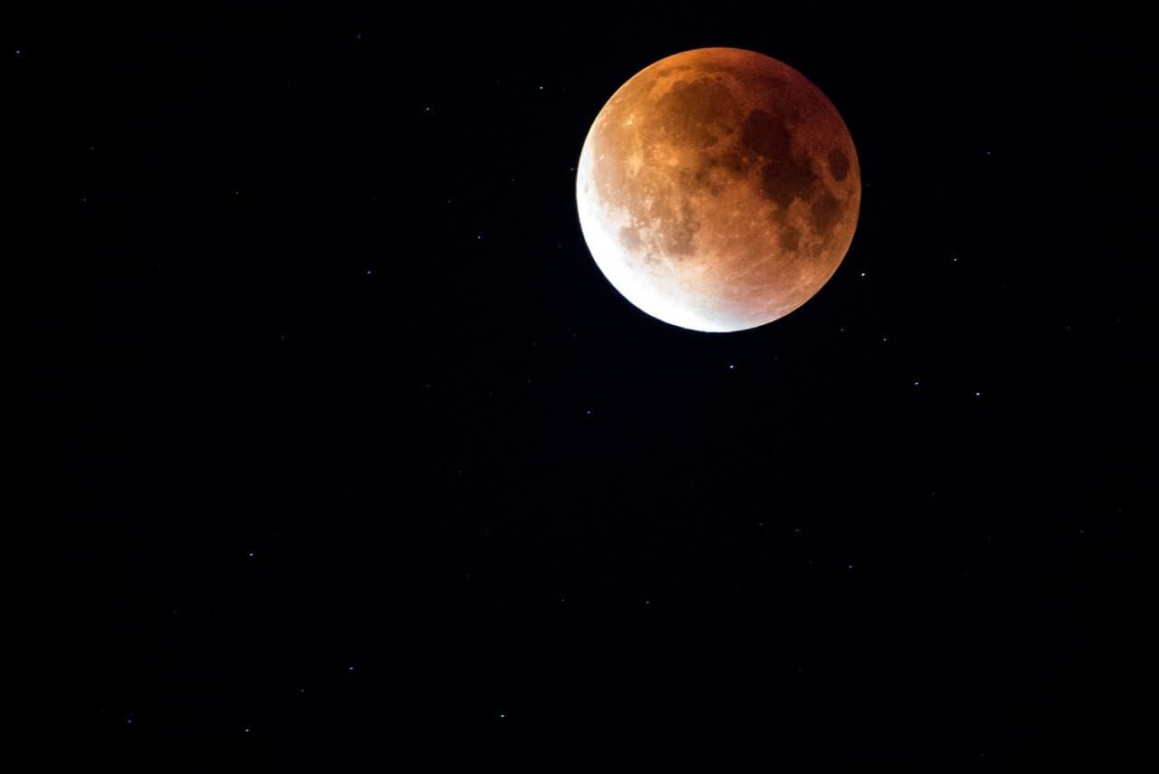 Eclipse Total de Luna Llena en LEO