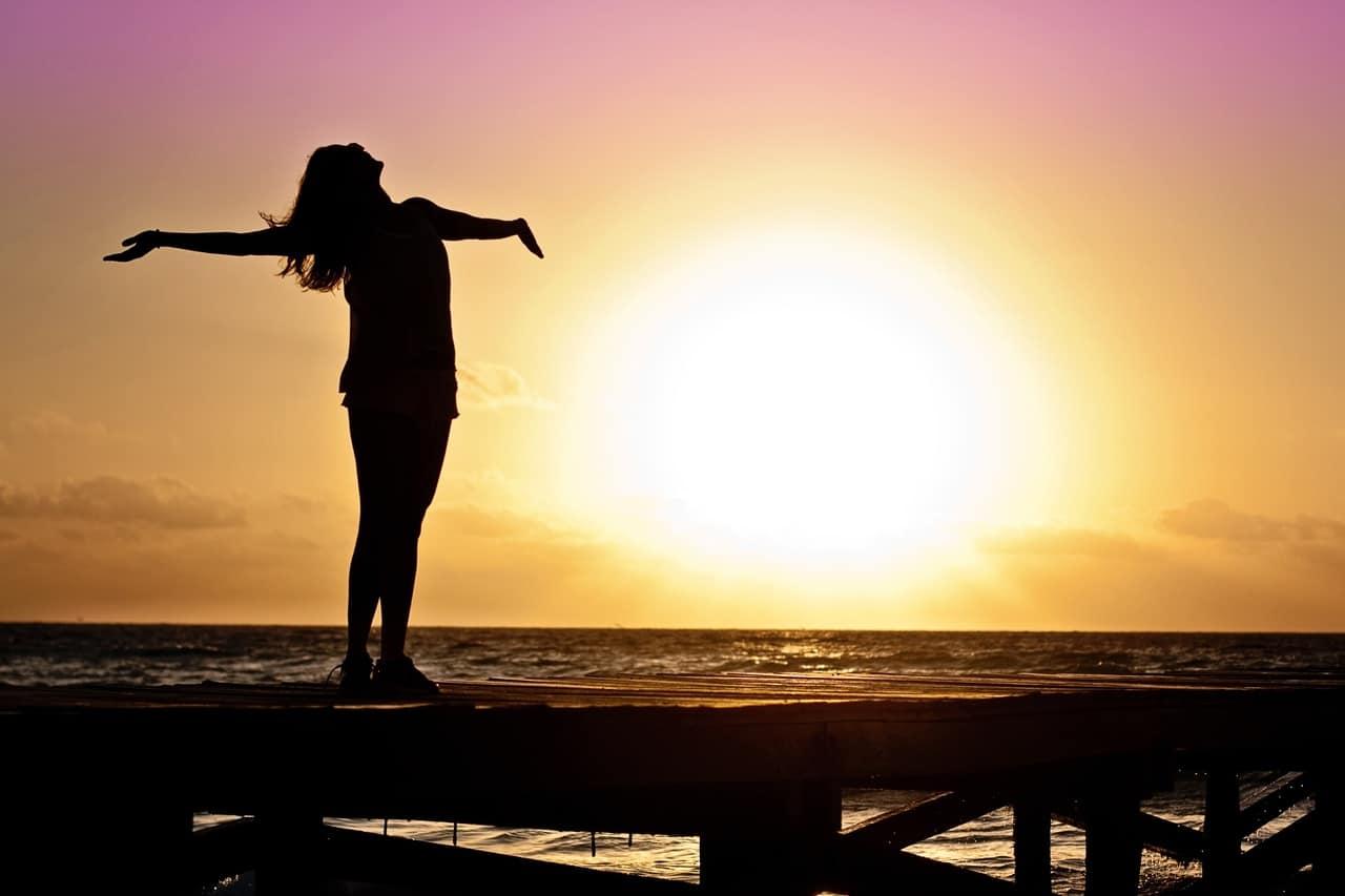 Levanta tus brazos al cielo y conecta con la grandeza de lo que te dio vida
