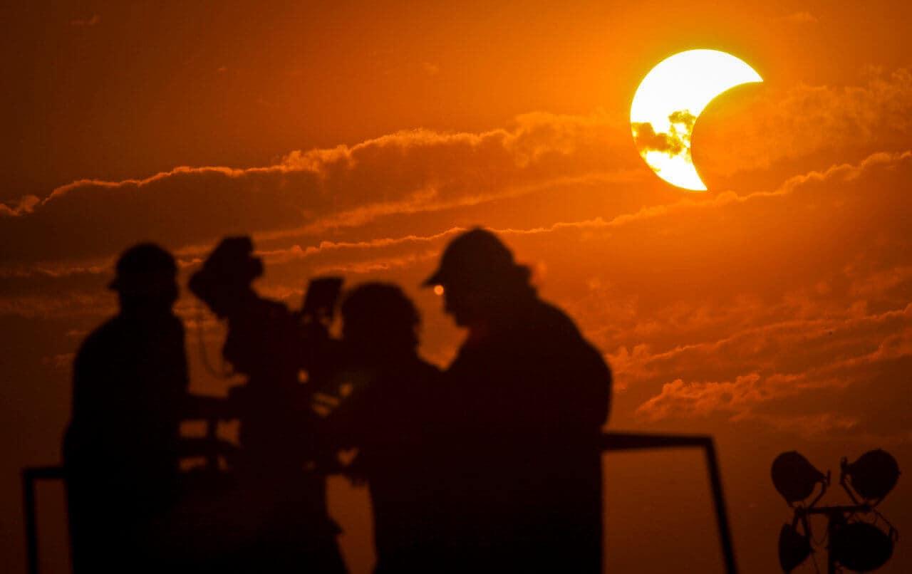 Eclipse Parcial de Sol y Luna Nueva en el signo de Acuario