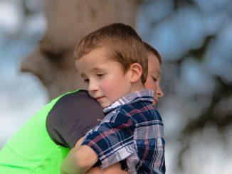 Es positivo para el cerebro de un niño los abrazos